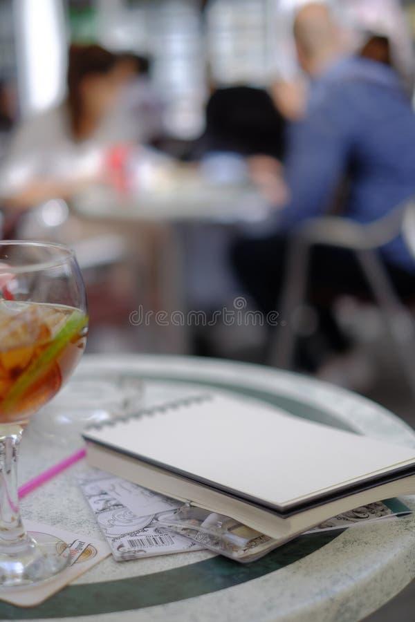 Kop met alcoholisch drank en notaboek stock foto's
