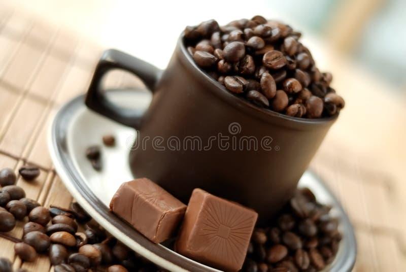 Kop met coffebonen stock foto