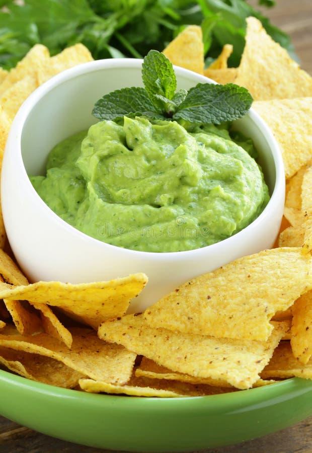 Kop met guacamole en graanspaanders royalty-vrije stock foto
