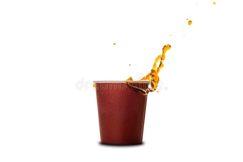 Kop met het bespatten van koffie of thee op witte achtergrond wordt gescheiden die royalty-vrije stock foto's