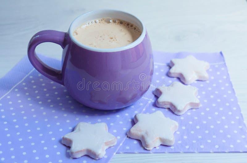 Kop met koffie en koekjes op witte houten lijst dichte omhooggaand royalty-vrije stock foto's