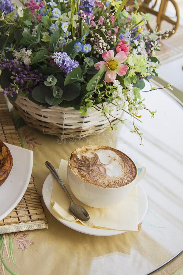 kop met koffie en sering stock foto
