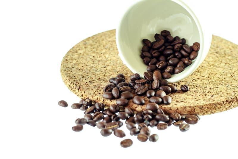 Kop met koffiebonen stock foto's
