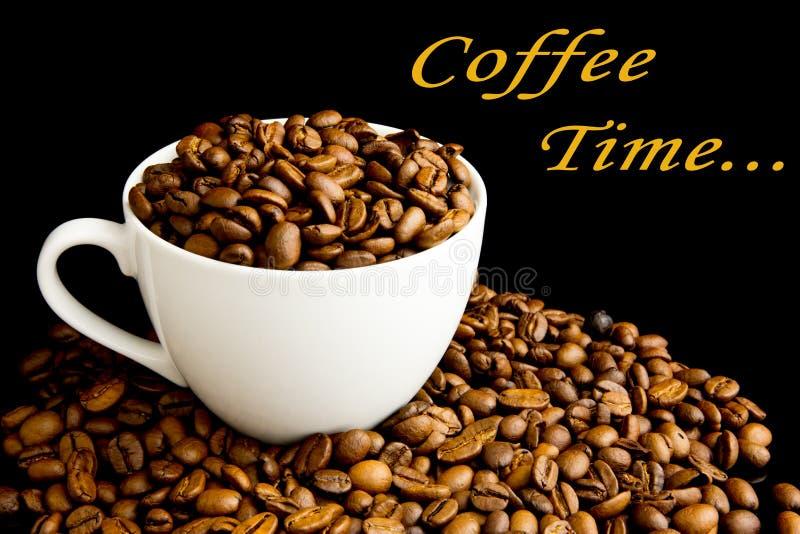 Kop met koffiebonen die wordt gevuld royalty-vrije stock afbeelding