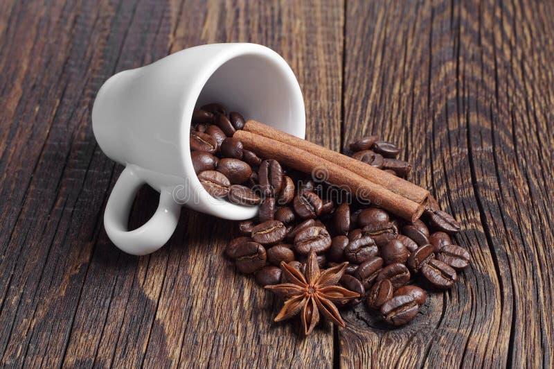 Download Kop Met Koffiebonen, Kaneel En Anijsplant Stock Afbeelding - Afbeelding bestaande uit koffie, ingrediënt: 54083607