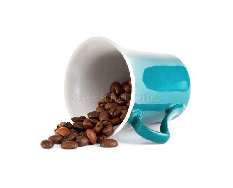 Kop met koffiebonen op witte achtergrond stock fotografie