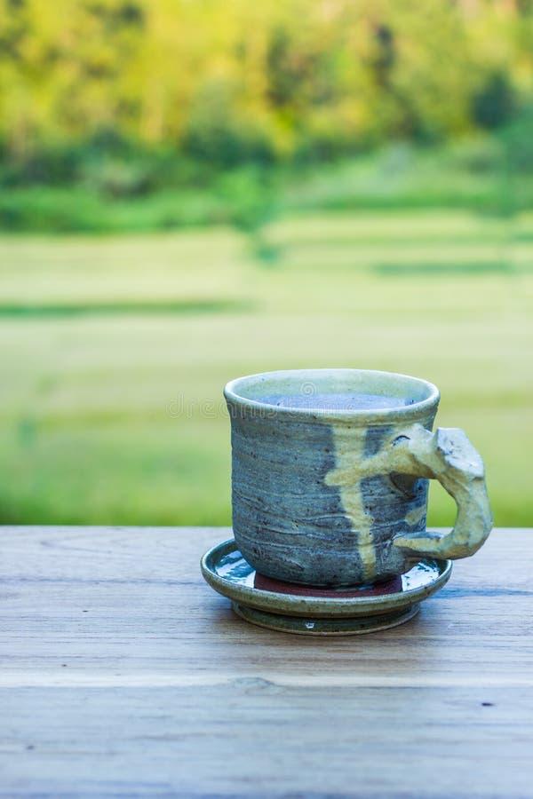 Kop met thee op lijst royalty-vrije stock afbeelding