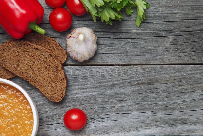 Kop met verse gazpacho, kruiden en croutons Hierboven bekeken van royalty-vrije stock foto's