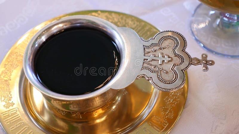 Kop met wijn voor huwelijk wordt gevuld dat Diverse toebehoren voor het huwelijk in de kerk in de Oekraïne royalty-vrije stock foto