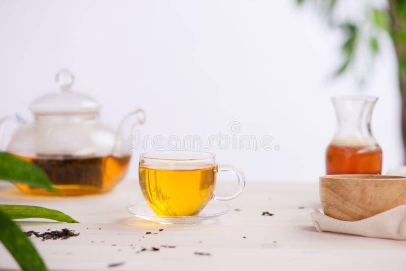 Kop theeën op houten lijstachtergrond stock afbeelding
