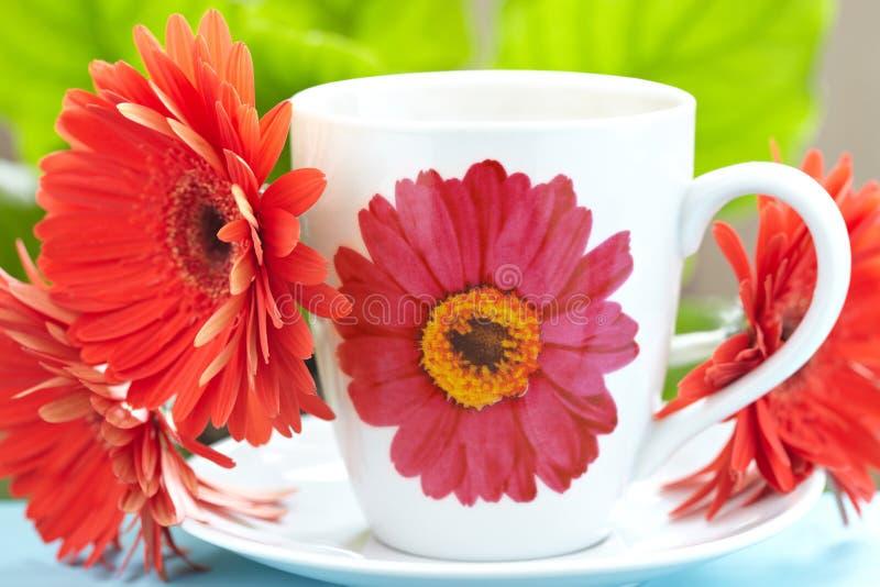 Kop thee en gerbera royalty-vrije stock afbeeldingen