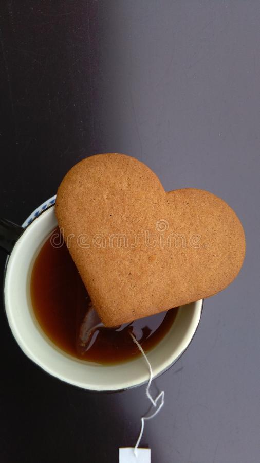 Kop thee en hart gevormd koekje royalty-vrije stock afbeeldingen