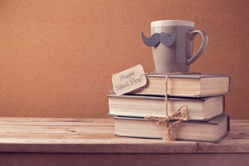 Kop thee en oude boeken voor Vaderdagviering stock afbeeldingen