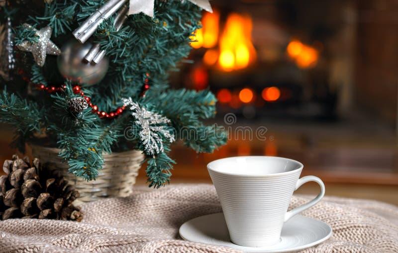 Kop thee of koffie, wollen gebreide dingenplaid en Kerstmis stock afbeeldingen