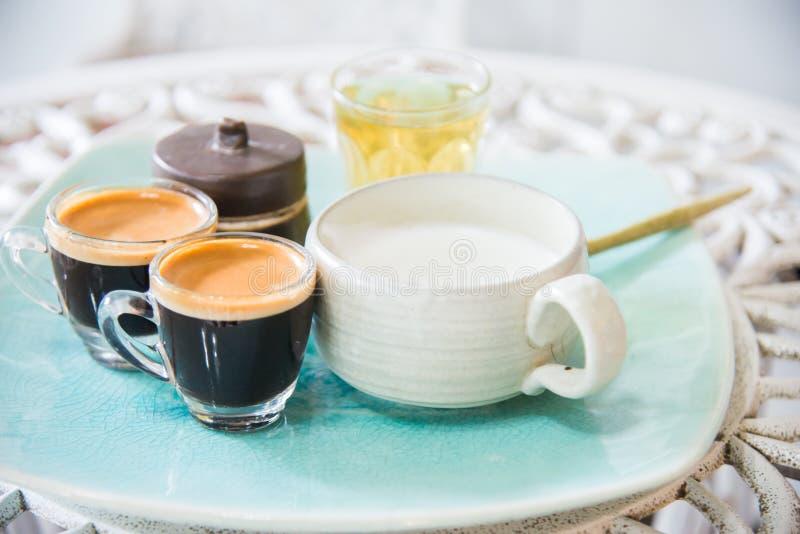 Kop thee, melk, koffie op houten achtergrond Drank van de chai latte de verfrissende organische gezonde traditionele hete drank v stock afbeelding