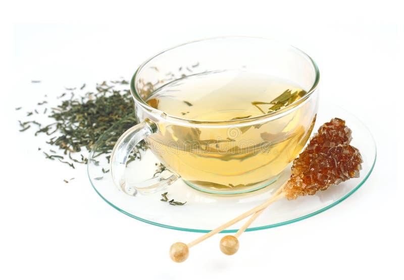 Kop thee met bruine suiker stock foto