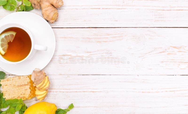 Kop thee met honing en citroen en gember royalty-vrije stock foto