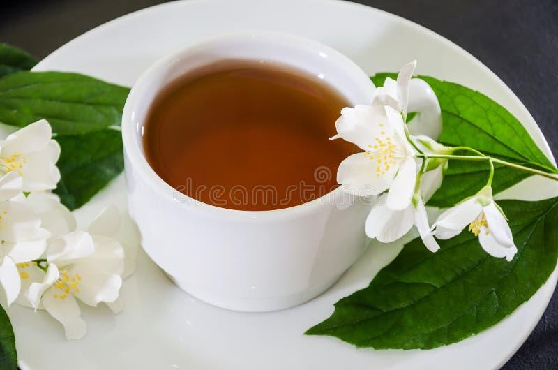 Kop thee met jasmijn op een zwarte achtergrond, close-up stock afbeeldingen