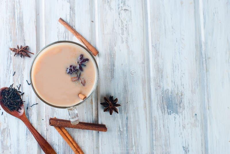 Kop thee met melk en kaneel op een houten lijst royalty-vrije stock foto's