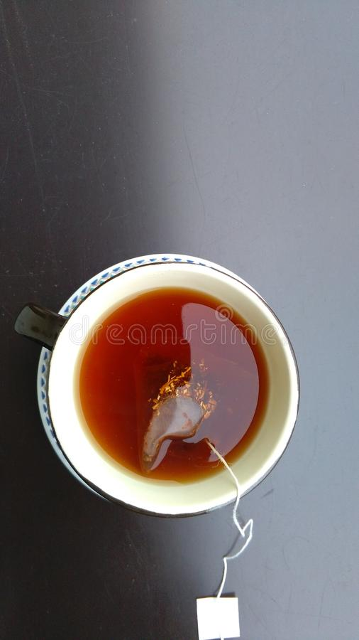 Kop thee op donkere achtergrond royalty-vrije stock fotografie