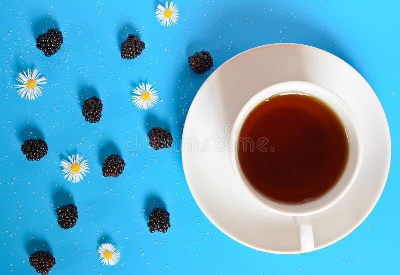 Kop thee op een blauwe lijst stock afbeeldingen