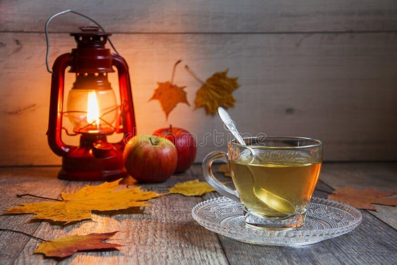 Kop thee op houten lijst met latern stock foto's