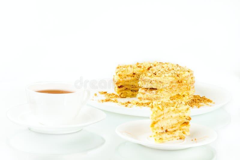 Kop thee, rookwolk eigengemaakte cake met vla en koekjeskruimel stock afbeelding