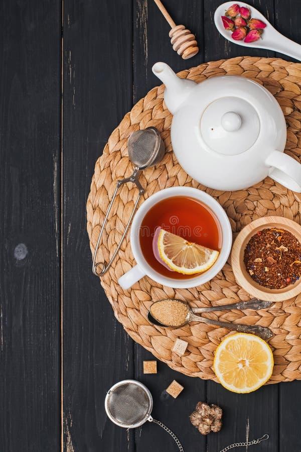 Kop thee, theepot en verschillende toebehoren en ingrediënten voor theevoorbereiding royalty-vrije stock afbeeldingen