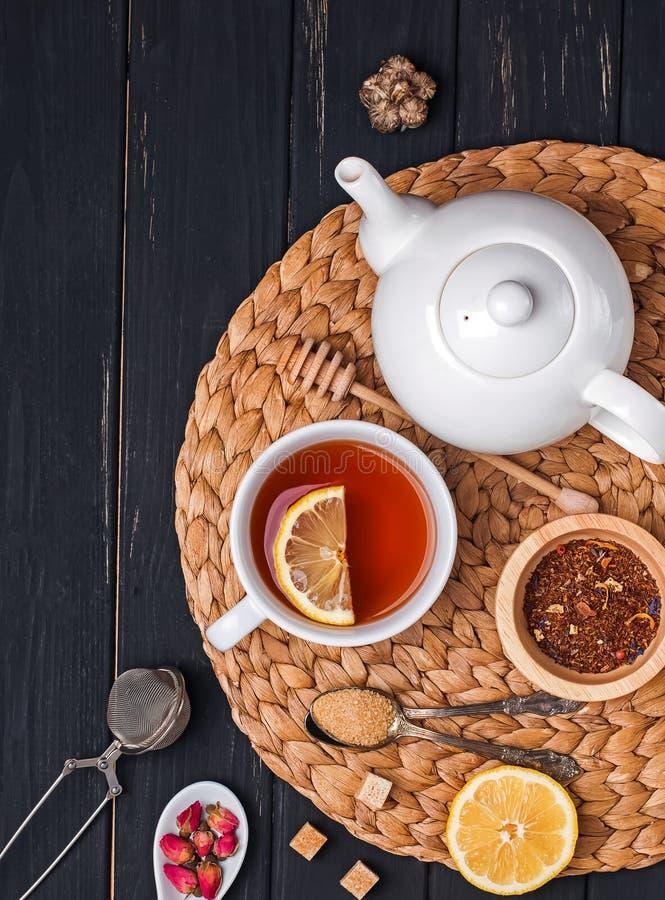 Kop thee, theepot en verschillende toebehoren en ingredi?nten voor theevoorbereiding royalty-vrije stock afbeeldingen