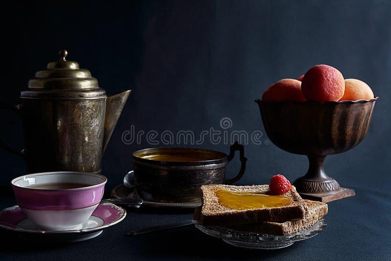 Kop thee, toats, verse abrikozen en eigengemaakte abrikozenjam royalty-vrije stock fotografie