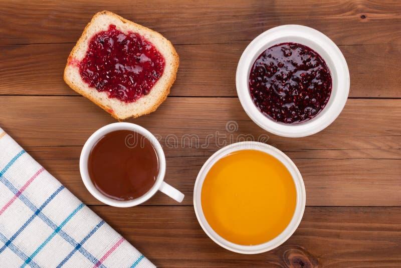 Kop theebrood met jam en honing stock fotografie