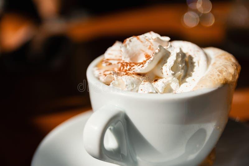 Kop van Cappuccino met Verse Slagroom en Kaneel op Bovenkant royalty-vrije stock foto