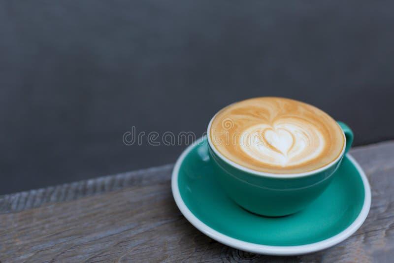 Kop van cappuccino op de houten achtergrond royalty-vrije stock foto's