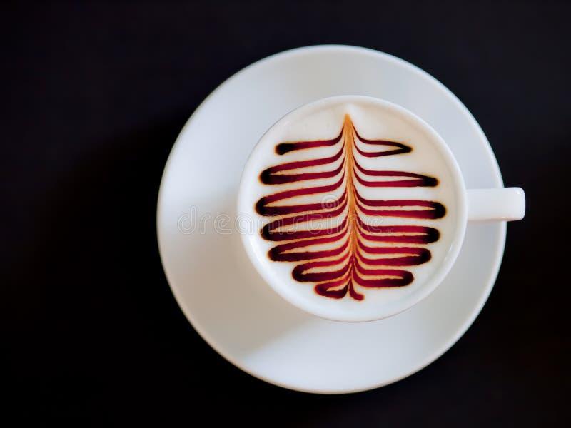 Kop van cappuccinokoffie op zwarte wordt geïsoleerd die royalty-vrije stock foto's
