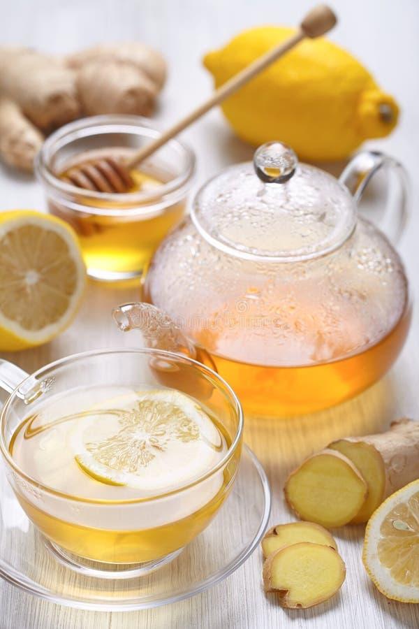 Kop van citroen en gemberthee stock afbeeldingen
