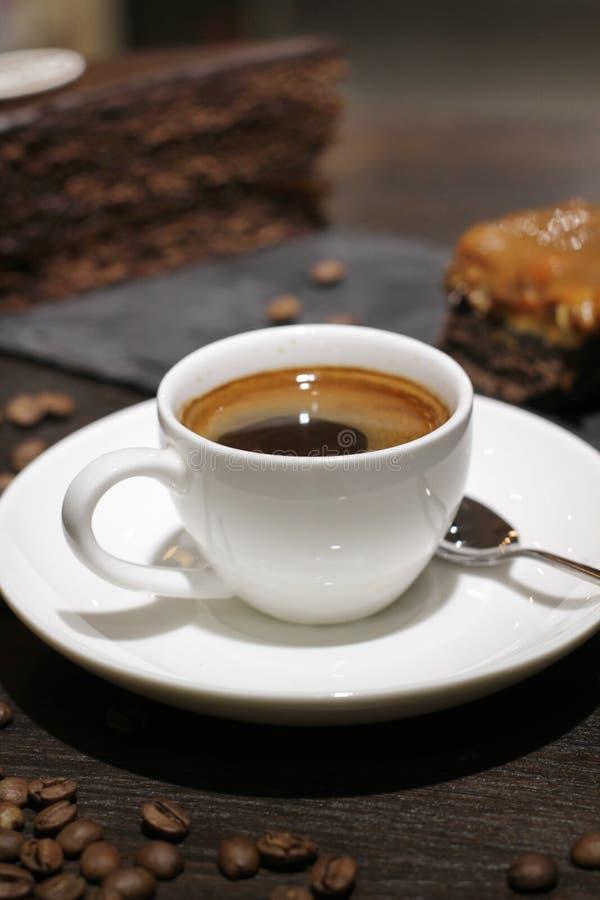 Kop van coffe met cake en bonen royalty-vrije stock foto's