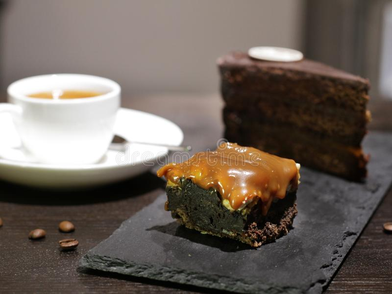 Kop van coffe met cake en bonen stock afbeelding