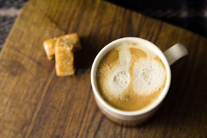 Kop van coffe met de snoepjes stock fotografie