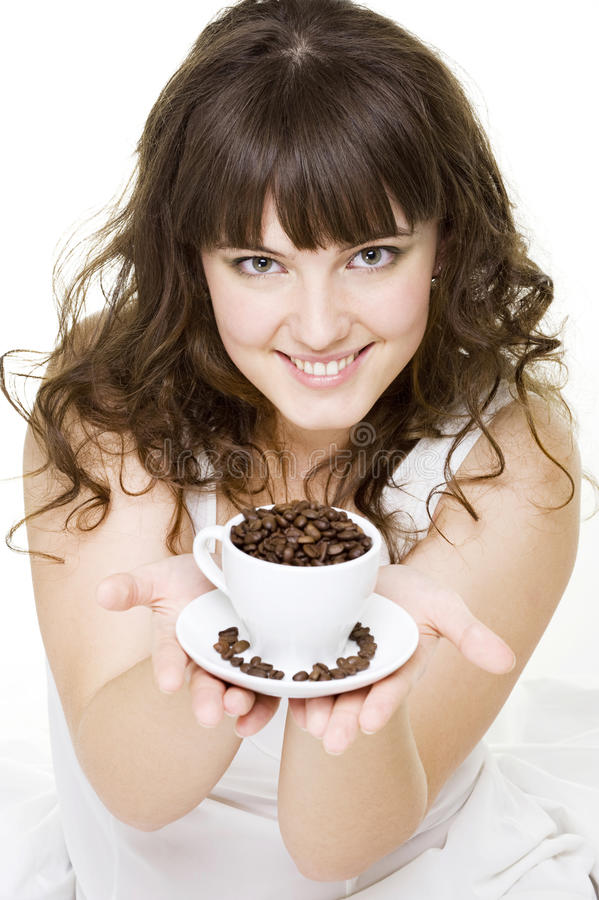 Kop van de de vrouwenholding van Smiley de jonge koffiebonen royalty-vrije stock foto