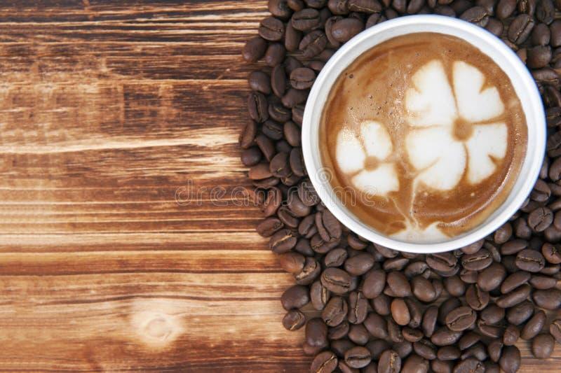 Kop van de koffie van de lattekunst royalty-vrije stock foto