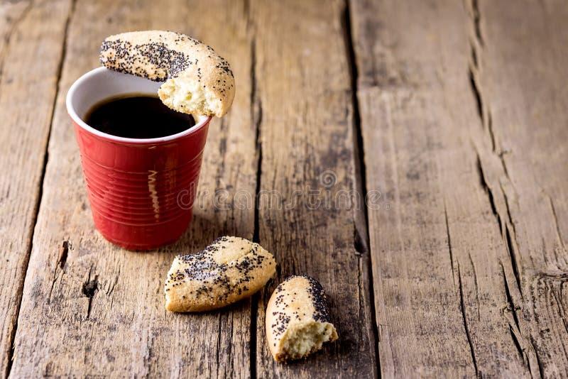 Kop van de Zwarte Koffie van de Koffieespresso en Gebroken Koekjes Houten Achtergrond Horizontale Exemplaarruimte royalty-vrije stock afbeeldingen