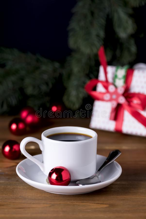 Kop van Espresso op de Houten van de het Ontbijtochtend van de Achtergrondkoffie en Kerstmisdecoratievakantie Verticaal van het K stock foto's
