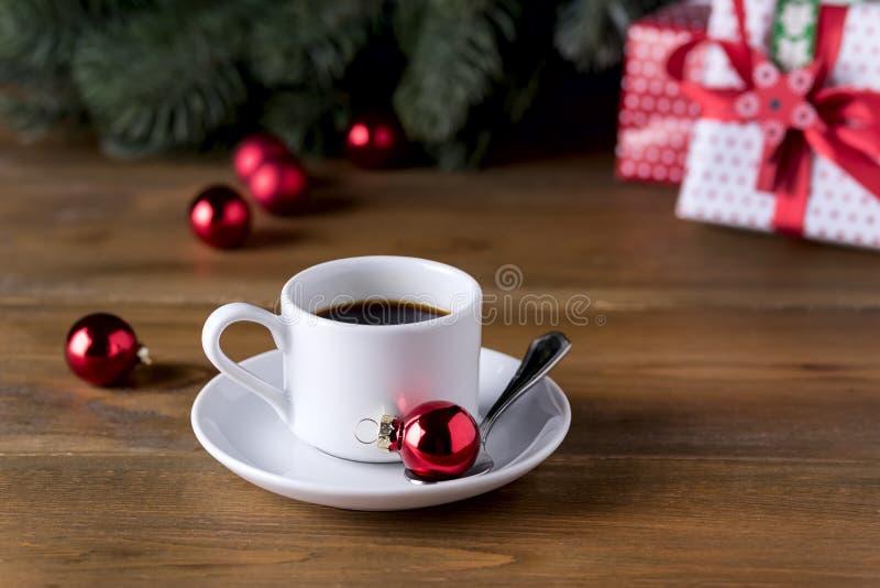Kop van Espresso op Houten van de het Ontbijtochtend van de Achtergrondkoffie en Kerstmisdecoratievakantie van het Kerstmisconcep stock foto's