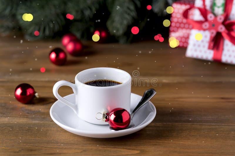 Kop van Espresso op Houten van de het Ontbijtochtend van de Achtergrondkoffie en Kerstmisdecoratievakantie van het Kerstmisconcep royalty-vrije stock foto