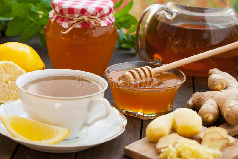 Kop van gemberthee met honing en citroen stock afbeelding