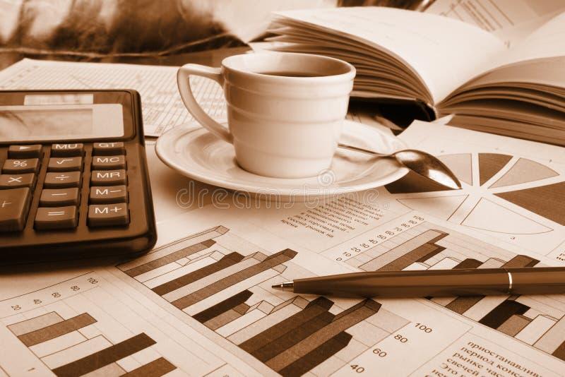 Kop van geurige koffie op ochtenddocument zaken royalty-vrije stock afbeelding