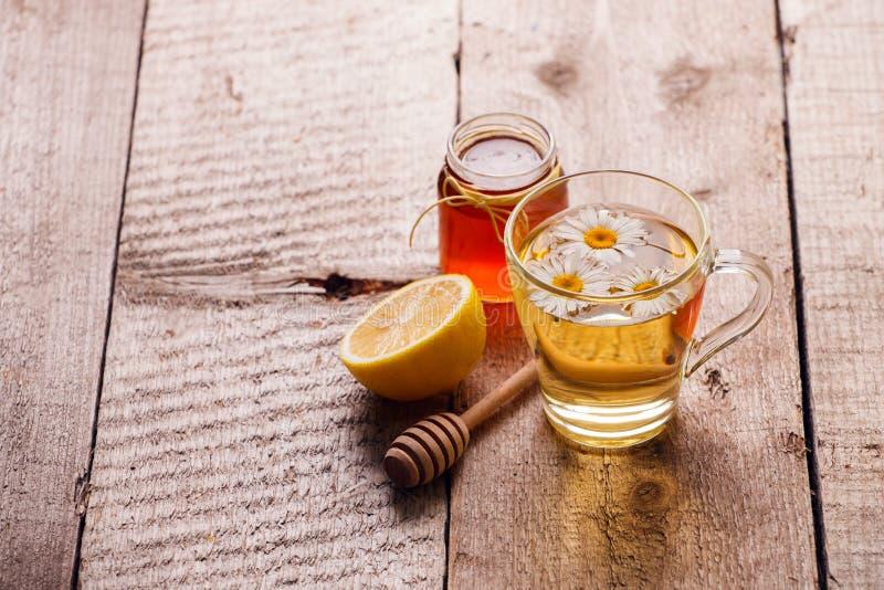 Kop van heerlijke kamillethee, citroen en honing op houten lijst De seizoengebonden remedie van de griep koude alternatieve genee royalty-vrije stock foto's