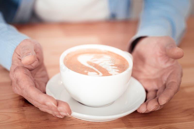 Kop van heerlijke koffie die worden gediend royalty-vrije stock afbeelding