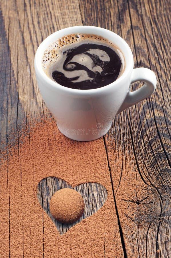 Kop van heet koffie en suikergoed stock fotografie