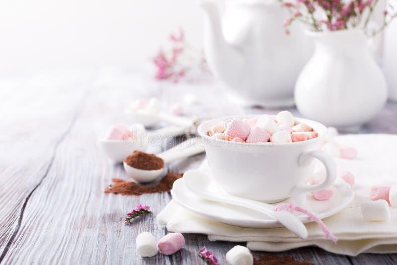 Kop van hete chocolade met miniheemst stock fotografie